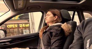 I all hemmelighet filmer han konen i bilen. Det hun gjør? Jeg klarer ikke slutte å le.