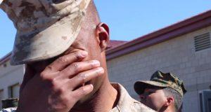 Han kom akkurat tilbake fra Afghanistan. Når han snur seg rundt, spruter tårene.