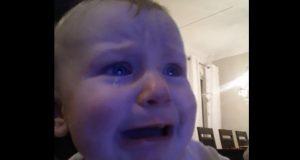 Denne babyen hører en emosjonell sang, og det blir nesten for mye for den lille pjokken å takle.