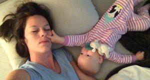 Babyen tror mamma sover, og benytter dermed anledningen til å gjøre de mest hysteriske ting.