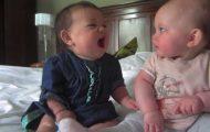 Denne babyen følte seg litt gretten. Vennens reaksjon er GULL.
