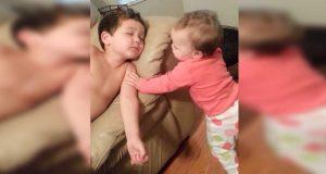 Lillesøsteren rister broren til live under høneblunden hans. Måten han reagerer på? Ubetalelig.