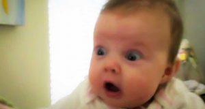 Denne babyjenta er livredd sine egne promper. Reaksjonen hennes fikk meg til å le hardt.