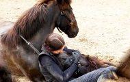 Jeg trodde det var noe galt da jeg så henne holde rundt hesten sin. Men sannheten er utrolig.