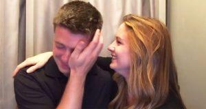 Mannen bryter sammen i fotoboksen når hans kone gjør dette foran kameraet.