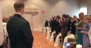 Da en lam brud gjør DENNE entréen inn til bryllupet, overrasker og rører hun alle de oppmøtte.