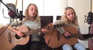 Tvillingene hennes synger en berømt sang. Men se på jenta til høyre. UTROLIG.