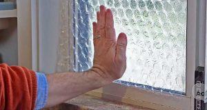 Han fester bobleplast til vinduet sitt. Grunnen kan spare deg penger.