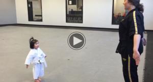 Denne 3 år gamle taekwondo-mesteren vil mørbanke deg. Våpenet hennes? Bedårende!