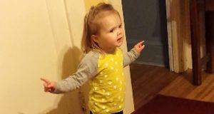 Denne lille jenta tok tanten på fersken idet hun sa et stygt ord. Hysterisk festlig.