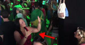 Det er en grunn til at denne kvinnen står med ryggen til scenen på denne konserten. Og den er fantastisk.