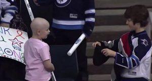 Denne 7 år gamle jenten kjemper mot kreft. Men det gutten gjør for henne etterlater meg i tårer.