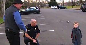 Han skulle til å sove i bilen med sin gravide mor. Det politimannen så gjør? Ubegripelig.