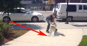 Tilsynelatende crazy fyr heller vann på gaten. Men hva det avdekker overrasket meg fullstendig.