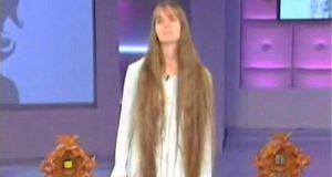 Hun har aldri klippet håret før. Forvandlingen hennes får alle i salen i fyr og flamme.