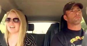 Han kjører rundt med datteren sin, men når musikken starter? For et show.