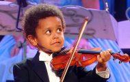 Denne lille gutten venter på klarsignal fra dirigenten. Så får alle hakeslepp.