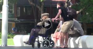 Han spør en totalt fremmed om å passe på sin bestefar et øyeblikk… Og så skjer dette.