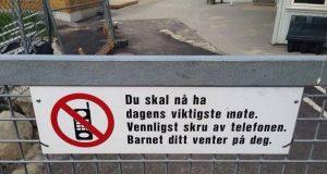 Dette norske skiltet hylles nå av foreldre over hele verden.