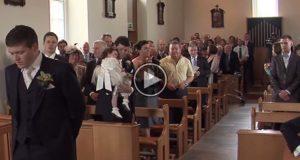 Bruden hans er i ferd med å gå ned mot alteret. Det han da gjør tar pusten fra alle.
