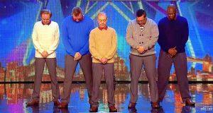 Disse 5 mennene går på scenen. Når musikken starter, blir alle tatt på sengen.