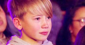 Broren hans er på scenen og synger en klassisk sang. Det gjør at alle får tårer i øynene.