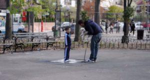 Han bortfører barn fra lekeplassen. Det gir dem en lekse de aldri vil glemme.