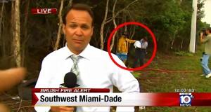 Mens denne reporteren rapporterer om én hendelse, utspiller en annen historie seg rett bak ham.