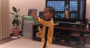 Denne 5-åringen memoriserer en hel Bruce Lee-scene og utfører den perfekt, uten å se.