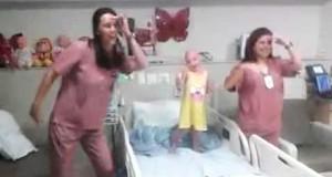 Den lille jenta har kreft. Se hva de to sykepleierne gjør for å lyse opp dagen hennes.
