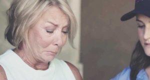 Mamma kan ikke hindre tårene i det øyeblikket hun ser DENNE leveransen fra sin sønn.