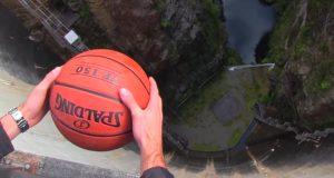 Han slipper basketballen fra demningen. Da skjer det noe helt uventet.