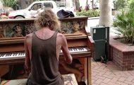 Hjemløs mann tar folk på senga med sin nydelige pianospilling.