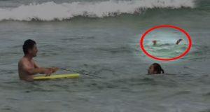 En ung jente holdt på å drukne og kjempet for livet. Det som skjedde videre vil røre deg til tårer.