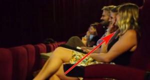Hun tror hun skal på en helt vanlig kino, men kjærestens overraskelse får hjertet hennes til å smelte.