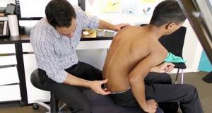 Gutten hadde så vondt i ryggen at han ikke ville leve. Men se hva kiropraktoren gjør med hans rygg.