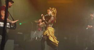 Idet hun drar frem fiolinen, spiller hun som du aldri før har hørt, og det er fantastisk.