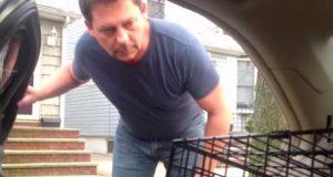 Han ba faren om å åpne bildøren, og reaksjonen hans er den beste du vil se i dag.