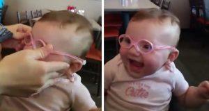 Mamma tar på henne briller for første gang. Reaksjonen hennes er nydelig.