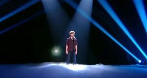 Den 12 år gamle gutten imponerer alle med sin stemme, men se hva som dukker opp bak ham.