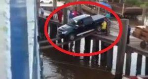 Se dette geniets forsøk på å laste en bil ombord i et skip over TREPLANKER.