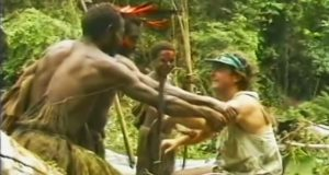 Denne stammen møter en hvit mann for første gang. Se hva som skjer når han viser dem speil og fyrstikker.