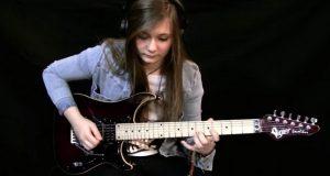 Tenåringsjente covrer en av de vanskeligste låtene å spille på gitar, som om det er ingenting.