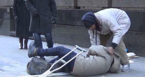Uteliggeren falt om på gaten. Jeg fikk tårer i øynene da jeg så hvem som valgte å hjelpe.