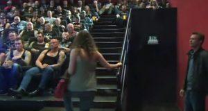 De gikk inn i en kinosal stappfull av tøffe bikere, men forventet IKKE at dette skulle skje.