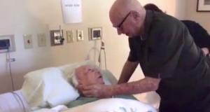 Han skal si farvel til sin kone gjennom 73 år, men det siste han gjør for henne rører oss til tårer.
