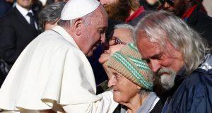 Paven droppet lunsj med politikere for å spise lunsj med hjemløse i stedet.