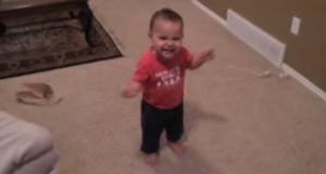 Den 15 måneder gamle babyen begynner å danse salsa. For en teknikk!