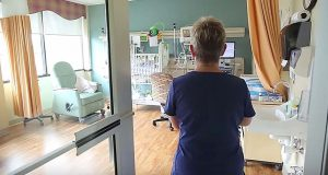 Sykepleieren er i ferd med å gjenforenes med babyene hun har reddet. Reaksjonen hennes er uvurderlig.