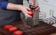 Han holder en tomat inntil rivjernet. Så snart han avslørte hvorfor, ble jeg nødt til å prøve selv.